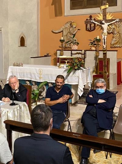 nuovo parroco al centro vicino al Cardinale