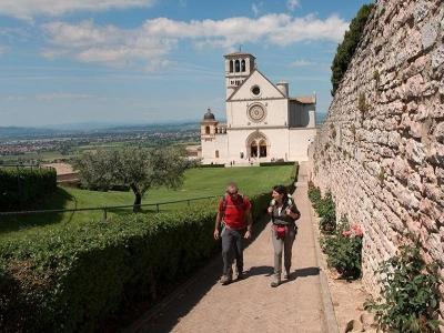 Chi sono i pellegrini sui cammini francescani; molti uomini, Italiani, Tedeschi e Francesi
